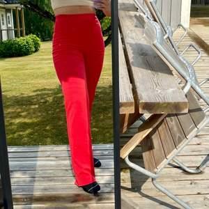 Ett par fina högmidjade röda byxor från Nelly. Långa i benen och skönt material.❤️
