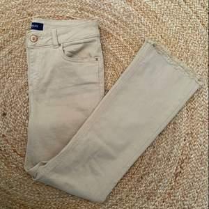 Beiga jeans från pieces i storlek M, oanvända! Lite utsvängda nedtill  🌷 frakt 66kr