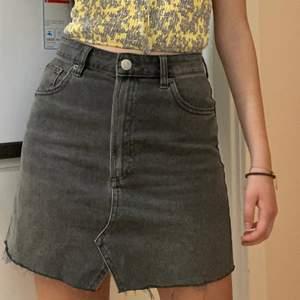Super söt högmidjade grå jeans kjol som jag köpte från Zara. Färgen är i en ljusare grå och kommer med fickor både på framsidan och baksidan. Den är perfekt till sommaren och är jätte bekväm. Kjolen är i samt fantastiskt skick. Jag har endast använt den ett par gånger. Kontakta mig för mer info❤️