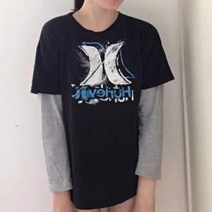 Cool t-shirt från Hurley köpt second hand. Jättebra skick, suoermjukt och mysigt material. Använd en gång. Lite skater vibes:)