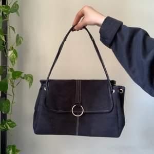 FETT snygg handväska dom aldrig kommer till användning 😢 bra med utrymme och i fint skick! FRAKT: 48kr 🎒