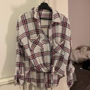 Fin skjorta/tröja från fashion Nova med knytning där fram, använd några gånger, storlek M