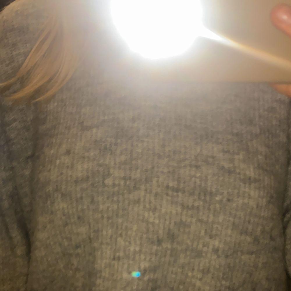 Säljer min fina gråa tröja! Som ät ribbad. Tröjor & Koftor.