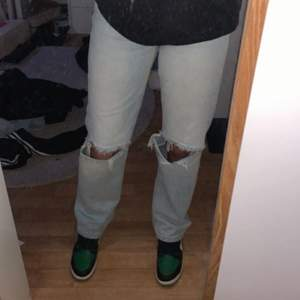 Jätte snygga blå håliga jeans från Gina💞 storlek 32 men skulle säga att dom passar en 34 då jag i vanlig fall har 34!