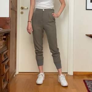 Beiga byxor från HOPE, modell Core Cuff Trousers. Aldrig använda. Prislappen sitter kvar. Originalpris 1600kr.