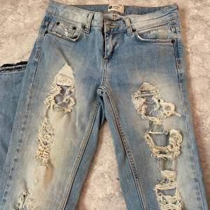 Ripped jeans med splits och kant med paljetter. Storlek 24/25. Lagerrensning, samfraktar om man vinner fler budgivningar 💜