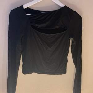 Häftig tröja med utskulptera hål över bröstkorgen💕 köparen står för frakt!