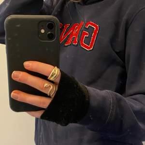Jag säljer en mörk blå GANT hoodie med ett rött GANT tryck framtill. Säljer denna för 200kr + frakt.