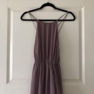 Lila (ljung-lila) bal/långklänning 🥰✨ snörad i ryggen och slits i sidan!