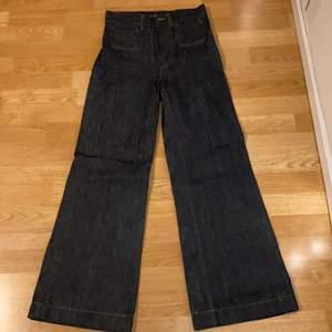 Mörkmörkblå baggy jeans! Mycket högmidjade. Mått: innerben 76 cm, midja 75 cm (mät över naveln i midjan!).                                                                 MEDDELA FÖR TRY-ON BILDER! KAN EVENTUELLT MÖTAS I STHLM. FRAKT CIRKA 65kr, RABATT OM DU KÖPER FLERA VAROR. PRIS KAN DISKUTERAS <3