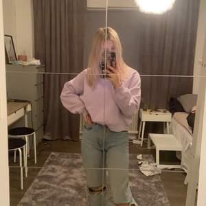 Säljer denna college tröja som är lila , köparen står för frakten