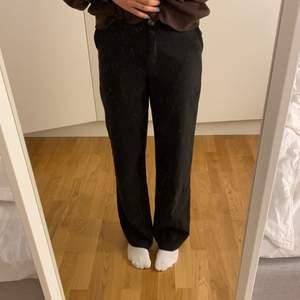 INTRESSEKOLL på mina kostymbyxor från Venderby's. De är i jätte bra skick, använt ca 5 gånger. Jag är 167 cm, de är lite korta gör mig och därför vill jag nog sälja de. De kostar 532kr och  Startar en budgivning på 300😀 vill se vad jag kan få för de.