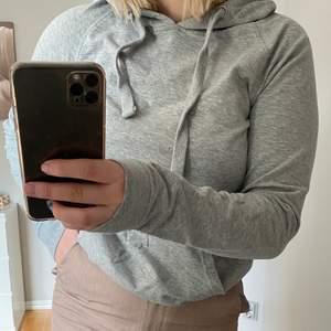 Säljer en grå hoodie från crocker som inte används längre. Den är i storlek XS och säljs för 70kr+frakt