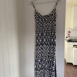 Fin klänning från lindex skick som ny knapp använd storlek small väldigt stretchiga frakt  ingår