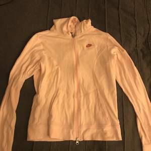 Bomulls Nike tröja mjuk köpte för ca 400 säljer för typ 200 köparen betalar frakten! Denna är i storlek M funkar också på s och xs om man vill ha lite overzized.