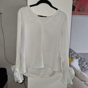 Jätte cute tröja från Zara i inprincip perfekt skick. Inga sminkmärken utan helt vit. Gjord i lite tyngre material så det faller naturligt. Ett litet fabriksfel som syns på bild tre, men man lägger ej märke till det när man har den på sig. Perfekt för utekväll/dejter.