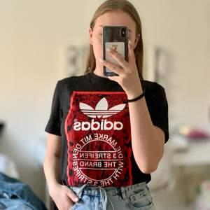 Säljer min adidas t-shirt då den inte riktigt är min stil. Väldigt coolt tryck som är helt och hållet, inga sprickor eller skav.