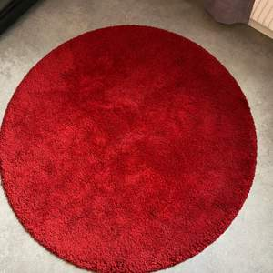 """En rund """"lurvig"""" matta. Finns inga djur i hemmet och finns inga fläckar eller sådant. Nypris:1500"""