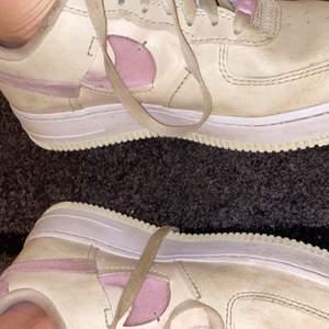 Ett par Nike air force som jag köpte för 1300kr, dom är i storlek 39. Köpte dom förra året men jag har tyvärr storlek 37 och det fanns bara 39. Frakt ingår! HAR ANVÄNTS FÅ TAL GÅNGER AV NÅGRA VÄNNER.