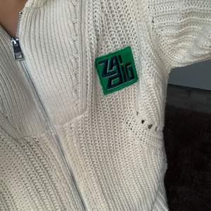 Stickat kofta från Zadig & Voltaire köpt för ungefär 2 månader sedan, i deras butik i Stockholm 💗 i storlek xs-s💗köpt för runt 5000kr
