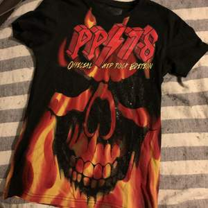 """Säljer nu denna godingen, den så kallade """"burn burn"""" t-shirten från Philippe Plein. Den är i storlek SMALL och har fortfarande lapparna på✨✨✨"""