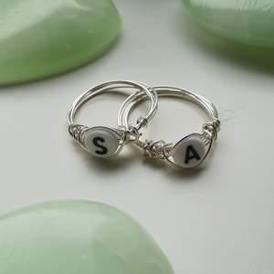 dessa superfina ringarna med en bokstav på är perfekta att ge till dig och din partner, bästavän eller bara behålla för dig själv. kan göra alla bokstäver från A-Z. 50 kr/st och det är gratis frakt! köp 2 st för 80 kr💞
