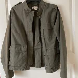 Militärgrön oanvönd jacka i storlek 40. Verkligen så snygg men har en liknande.💓💓