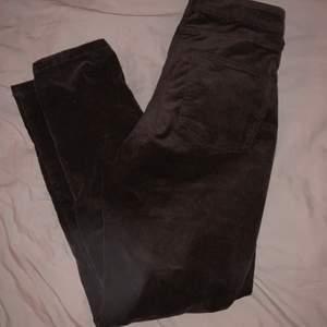 jättefina bruna manchester byxor från kappahl, använda fåtal gånger, säljer då de inte kommer till användning! 💕 Ny skick, fri frakt 📦 🚚