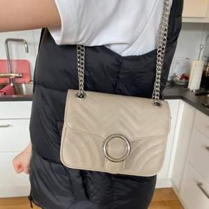 Säljer denna söta väska då den inte kommer till användning, dubbelkedja så man kan variera mellan kort och långt axelband.