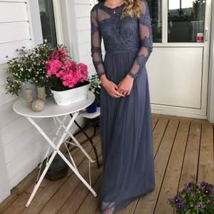 Säljer min fina balklänning från 2018, använd en gång. Strl 34 och är i en blå/grå färg med tyll och fina detaljer på överkroppen. Köparen står för frakt, kan även mötas upp i Stockholm. 400kr eller bud. Är 163cm lång💞