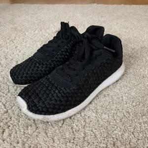 Knappt använda mjuka svarta sportskor med vit plastsula från H&M