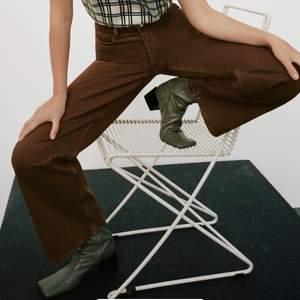 Intressekoll! Raka bruna jeans från Zara. Storlek 36. Väldigt sparsamt använda, nypris 400kr.