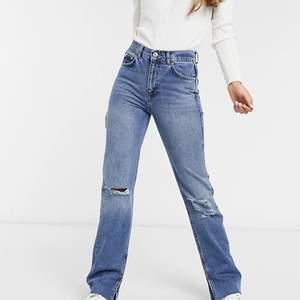 Oanvända jeans från Pull&Bear med slitningar på knän och slits nedtill. Säljs pga. för små för mig. Köpare står för frakt!