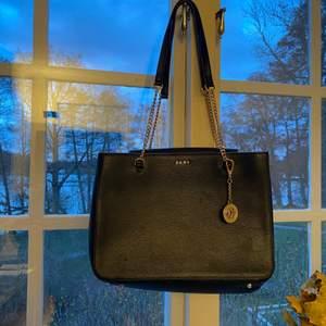 Supersnygg svart DKNY väska, inte så använd! Köpt för 2999 kr och säljer för 1000 kr!