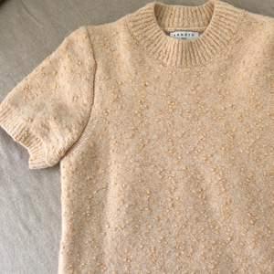 Stickad tshirt från Sandro. Ny med prislappen kvar, aldrig använd. Stickad i italienskt garn, verkligen super kvalitet. Köpte den för tre månader sen för 2000kr, helt slutsåld nu! 🍒