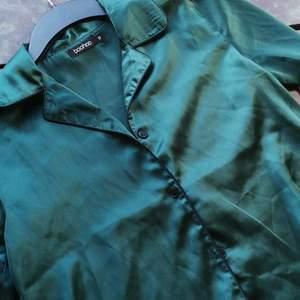 Superfin mörkgrön skjorta från bohoo! Den första bilden ger mest rättvis färg från hur den är i verkligheten! Endast testad men passade inte så bra på mig, tyvärr för det är hur fin som helst! Jag tror jag köpte den som pyjamas skjorta, men själv tänkte jag använda den som en vanlig tröja🌟 Storlek s men något liten i storleken skulle jag nog säga💕 Pris: 75 kr inkl frakt!