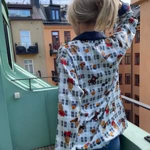 Köpt vintage! Säljer min favvo tröja som passar till alla möjliga tillställningar, jag hoppas nån annan kan finna lika mycket glädje av denna som jag gjort😍😍
