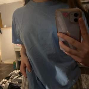 Super söt babyblå t-shirt som är köpt på secondhand, storlek M 😊😊