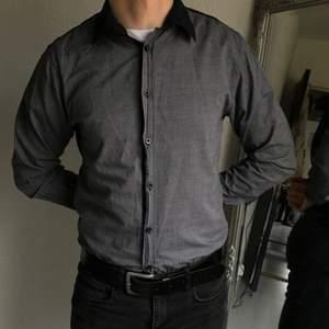 Stilig slim fit skjorta från New Yorker i storlek M. 🤍 Mörkgrå framsida med svart baksida🤍 Kommer från ett djur- och rökfritt hem! Tvättas alltid innan jag skickar🤍 Frakt tillkommer! Pris går att diskutera!🤍