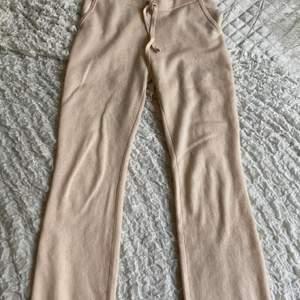 Säljer mina sjukt sköna och fina mjukis byxor från soft goat💓de är som nya då de bara andvänd 2 gånger💓säljer de då jag har ett par liknade. BUDA om fler är intreserade och de är bara och kontakta mig om ni undrar nått💓💓
