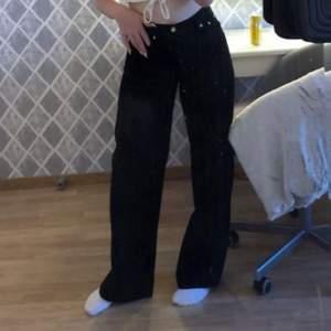 Svarta vida jeans från Junkyard super fint skick använt några få gånger (bilden är tagen från sommaren 2020) inte använt de sen dess så de har blivit tvättade 2 gånger!! Kontakta gärna mig för fler frågor och bilder❤️