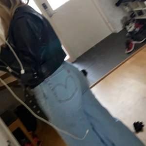 Super snygga Levis jeans raka helt nya!! Köptes för 1200 säljer för 800kr!. Skriv för fler bilder❤️