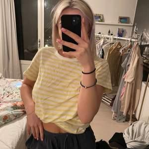 Skitsnygg tshirt från weekday gul/vit randig💗 Strl m så lite oversized. Obs det angivna priset är utan frakt