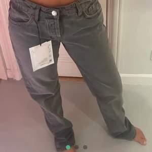 Säljer dessa, Helt nya Och jätte populära gråa zara jeans i storlek 44 och 42. Buda, frakten kostar 80💕 Köp direkt: 650 ink frakt  LEDANDE BUD: 600 plus frakt (42) dem är väldigt små i storleken så 42 passar 40/38