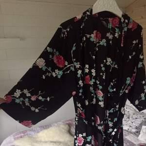 Superfin kimono i luftigt material! Superbra skick och fin att han som morgonrock eller till ett par Jeans. Passar mig som har S då den går att knyta i midjan