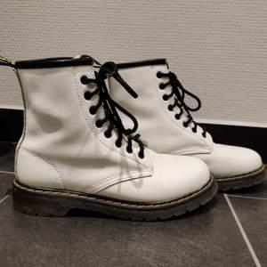 Snygga vita boots, storlek 39 men är något större än 39 skulle jag säga💕 skriv om du har frågor eller är intresserad