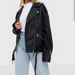 Säljer denna oversize skinnjackan från missguided, storlek 36 men passar mig som är 38 😇