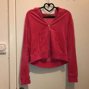 mörkrosa äkta jc hoodie, felfri och i bra skick!! brukar ha s-m i storlek och den passar mig bra. färgen syns inte så bra i ljuset så kontakta privat för fler bilder. HÖGST BUD: 210kr+ frakt