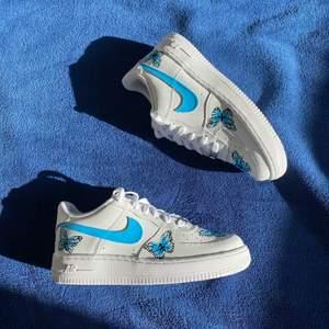 Nike Air Force 1 fjäril custom. Två par tillgängliga!  finns även i andra storlekar. Skriv för att veta hur man får dessa    När båda paren säljs markeras annonsen som såld!