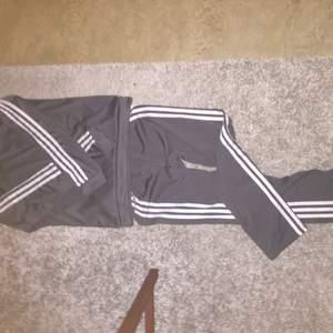 Fint grått mjukis-set från adidas , storlek S/M